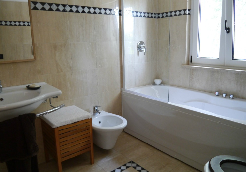 Bathroom with tub  - Holiday villa to rent near Rome